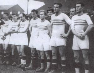 A Ferencváros csapata 1945 decemberében - Kéri, Kubala, Sipos, Mike, Lakat, Sárosi III., Sárosi dr..jpg