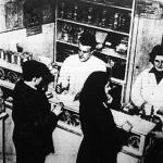 A tejcsarnokban egy hadirokkant és felesége szolgálja ki a vevőket.
