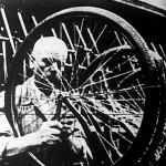 A kerékpárgyártás utolsó fázisa: az előmunkás revízió alá veszi az ördögmotollát.