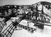 A Szabadság-híd középső elemét a József Attila és az Ady Endre úszódaruk egyszerre emelték a magasba.