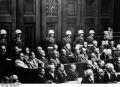 A vádlottak: Első sor (balról jobbra haladva): Hermann Göring, Rudolf Heß, Joachim von Ribbentrop, Wilhelm Keitel, Ernst Kaltenbrunner, Alfred Rosenberg, Hans Frank, Wilhelm Frick, Julius Streicher, Walther Funk, Hjalmar Schacht