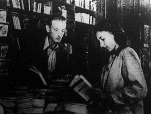 Fiatal szocialista leány könyveket vásárol