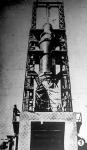 A szerkezet erkélyén álló férfiak magasságából következtethetünk a kilövőszerkezet hatalmas méreteire.