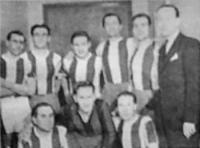 A Kistext csapata - Rákosi, Németh, Solymossi, Péteri, Mogyoróssy, Károlyi dr. elnök, lenn Simon, Pavlovics, Szeder.jpg
