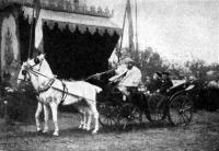 A király a sasvári vasuti állomásnál Beck báróval