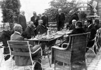 Miniszterek ebédje a Sándor-palota teraszán (1904).