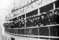 Belépésre engedélyezve (kivándorlókkal teli hajó hagyja el Ellis Island-et a vizsgálatot követően)