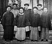 Kínai hivatalnokok  fehértalpú cipőben