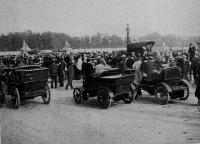 Automobilok a Place de la Concorde-on Párisban, az indulás előtt