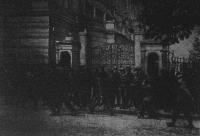 Katonaság a konak főbejarata előtt junius 11-én