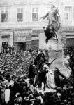 Kossuth szobrának megkoszorúzása az egyetemi ifjak által október - 18-ikán Szegeden