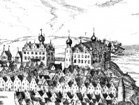 A távolban a kieli kastély látható