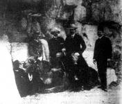 Ferenc Ferdinánd nejével és kíséretével az egyiptomi piramisoknál