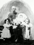 Ferencz József unokáival