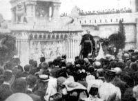 Prohászka Ottokár püspök beszédet mond