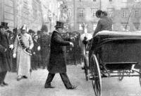 Wekerle Sándor az eskütétel után távozik a Burgból