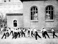Labdarúgás a Markó utcai Főreálgimnázium udvarán