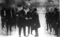 Roosevelt elnök bemutatja egymásnak az orosz és a japán tárgyalófeleket