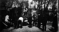 A király ajándéka megérkezik az állatkertbe. Az oroszlán kirakása