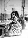 Curie és felesége a laboratoriumban