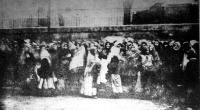 Szegény asszonyok és leányok csoportokban állnak