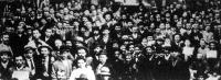 Sztrájkoló dohánygyári munkások a Vázsonyi-kertben levő sztrájktanyán