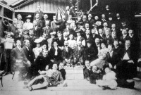 A M.Á.V. északi műhely két munkásának 25 éves jubileumára összegyűltek, középen az ünnepeltekkel