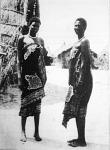 Keletafrikai divathölgyek. Fiatal suaheli-néger asszonyok, kansunak nevezett ruhájukban
