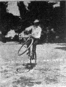 Lovag Pittoni Béla műkerékpározó kerékpárgyakorlatot mutat be