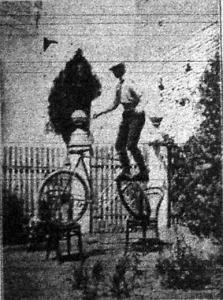 Lovag Pittoni Béla műkerékpározó egyensúlygyakorlatot mutat be két széken
