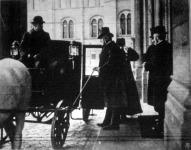 Wekerle Sándor miniszterelnök a parlament épületéből távozik.