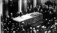 A budapesti kirakatverseny bíráló-bizottsága a Lloyd-Társulat dísztermében eredményhirdetés közben