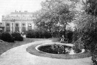 A posta épülete és parkja a Nyugati pályaudvarnál