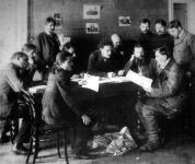 Az orosz duma tagjainak csoportja vidéki küldöttség beszámolóját hallgatja