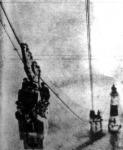 A világitótorony épitése. A drótköteleken mozgó vonaton szállitják a toronyhoz a gránittömböket és a munkásokat