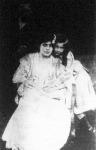 A meggyilkolt Steinhel festő felesége és leányuk