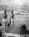 A Batthyáhy-téri templom a Halászbástyáról távcső-lencsével fölvéve