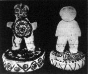 A bálványok közül a balról levő a tüzistent, a jobbról levő pedig a vadászat istenét ábrázolja