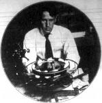 Wood, amerikai csillagász kisérletezése közben