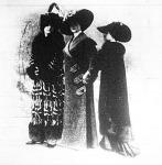 Divatos hosszú kabátok. 1; tibeti macska bundájából készült 2; sevioból 3; fekete bársonyból kék róka szörme szegélyezéssel