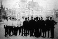 Az első jéghockey mérkőzés két küzdő csapata a városligeti jégpályán a mérkőzés előtt
