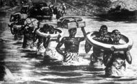 Gratz hadnagy automobilját benszülöttek viszik át a túlsó partra, darabokban