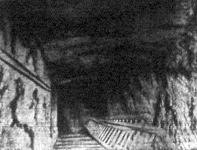 Az egyik folyosó vége, melyben a látható nyiláson át le lehet menni egy ujabb földalatti üregbe