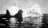 Hatalmas dockhoz hasonlitó uszó jéghegy. Százötven méternyi magas