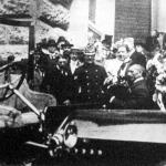József főherceg és kísérete egy kiállított gépkocsi előtt