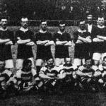 Manchester United angol labdarúgó csapat ( álló alakok) és a Ferenczvárosi Torna Club csapata (ülő alakok).