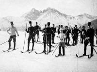 Katonai sícsapat indulása a hegyről a Tátrában