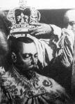 Az érsek felteszi V. György király fejére a koronát