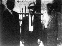 Costabille Giuseppe ( a középen álló férfi ) a fekete kéz vezére