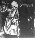 Bleriot Lajos, a mint az angol parton találkozik a feleségével, a ki boldogan megcsókolja a férjét